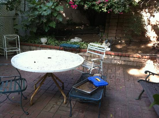 The Secret Garden Bed and Breakfast: Not so charming courtyard