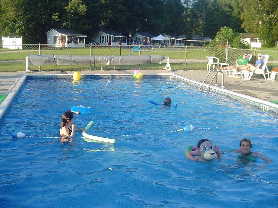 Carroll Motel & Cottages: heated pool
