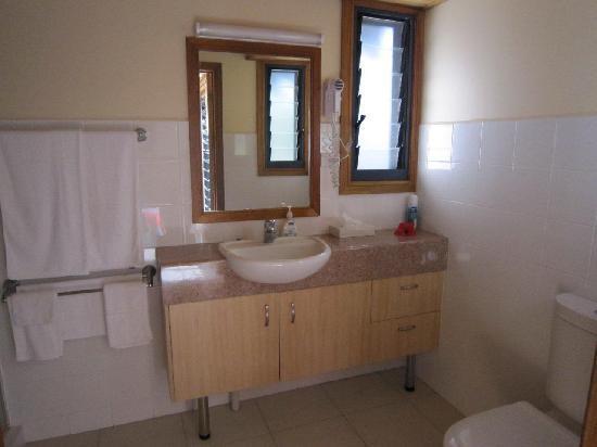Island Magic Resort: Large Bathroom