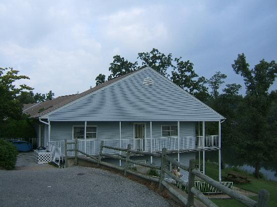 Horseshoe Bend, AR: The exterior of 406. Great location, next building spaced across the yard.