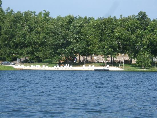 Horseshoe Bend, AR: Beach area with swim platform, canoe's and kayaks for guests use.