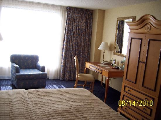 DoubleTree by Hilton Hotel Santa Ana - Orange County Airport: Desk area, TV amoire and chair