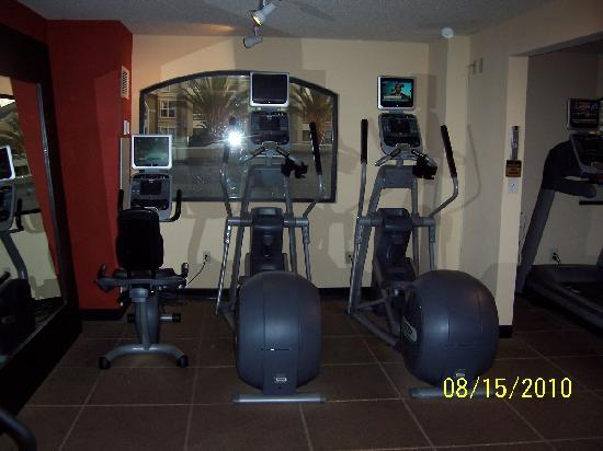 DoubleTree by Hilton Hotel Santa Ana - Orange County Airport: Fitness Center Ellipticals