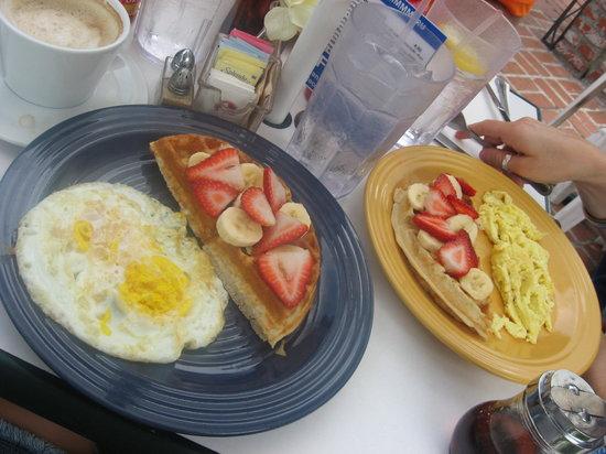Manhattan Beach, Californien: Daybreak breakfast of waffles and eggs