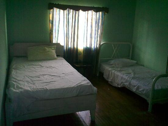IV King's Guesthouse: 2 bed in this room  and no ac