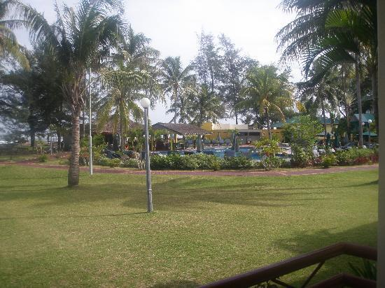 Tuaran Beach Resort: Lawn, pool - only thing that was ok