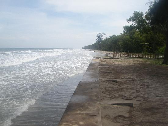 Tuaran Beach Resort: Access to beach - down the steps to sea or over the fence!