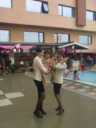 โรงแรมโซคิ อินเตอร์เนชั่นแนล: Caring staff with our kids