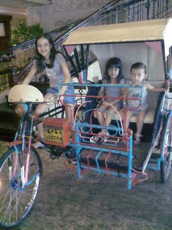 โรงแรมโซคิ อินเตอร์เนชั่นแนล: Our kids liked the display trishaw in the Lobby