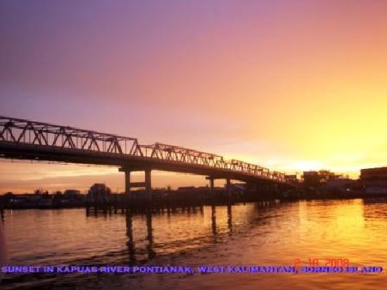 Pontianak, Indonesia: sunset in Kapuas river