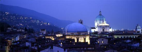 Hotel Ambasciatori : Breascia by night