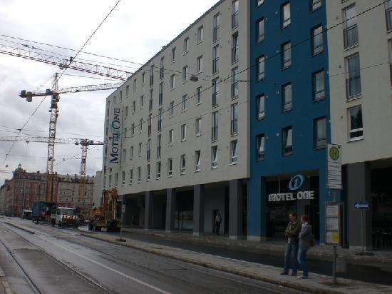Motel One Muenchen City-Ost: Motel One von außen, vorne die Bus-/Straßenbahnhaltestelle