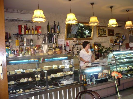 Cofetarie La Vatra Ardealului: Theke der cofetaria LA VATRA ARDEALULUI