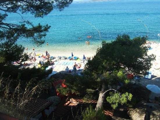 Apartments Urania: part of the beach in front of hotel