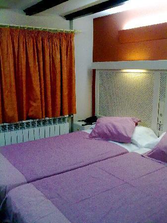 Hostel Micolau: Dos camas juntas