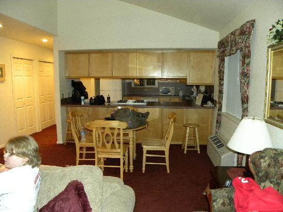 The Pacific Inn Motel: Living room into the kitchen.
