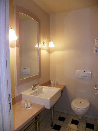 Hotel Kyriad Paris Disneyland: el baño