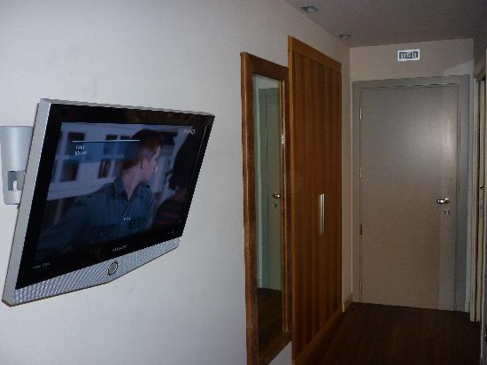 Palazzo Ai Capitani Hotel: The TV which has Sky but no English channels