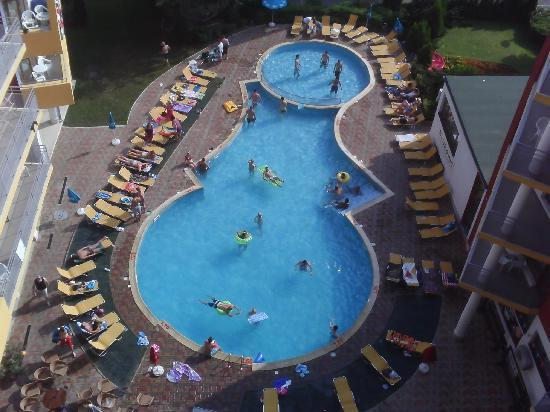 Mariner Hotel & Apartments: View from our Room to Swimming Pool