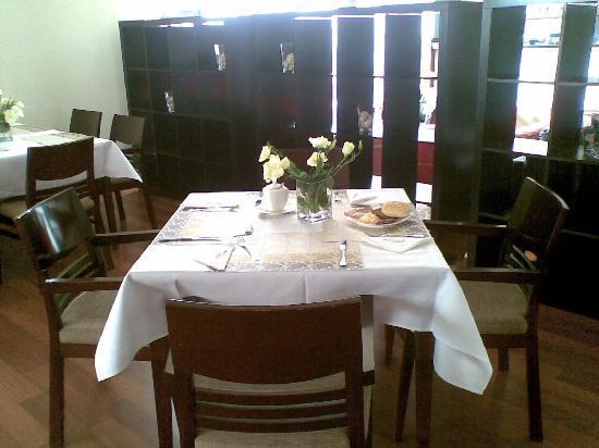Hotel Apis : tavolo apparecchiato colazione