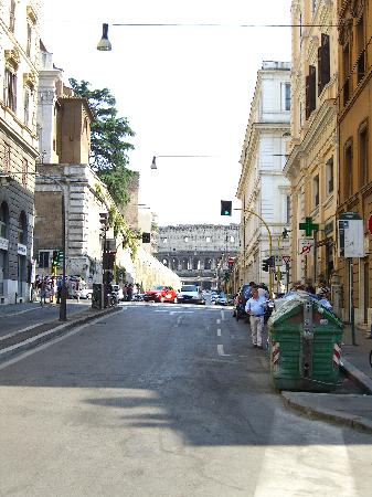 Annaluce Bed and Breakfast: Short walk to Colosseum.