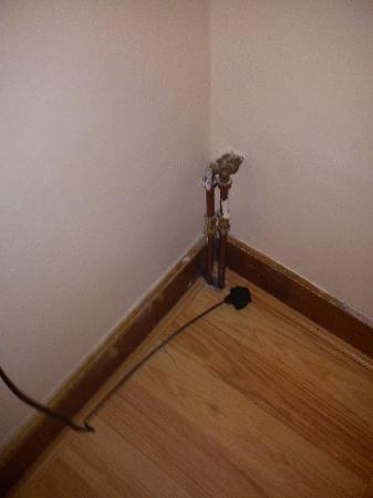 Belgrove Hotel: exposed pipes and wires