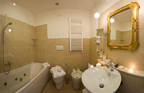 Ferretti Beach Hotel : bagno con vasca idro