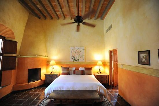Hacienda De Los Santos: Guestroom with king side bed
