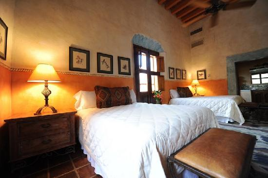 Hacienda De Los Santos: Room with 2 comfy queen size beds