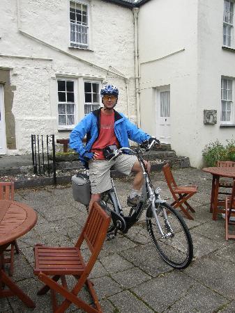 Plas Dinas Country House: Outside Plas Dinas setting off on bike ride