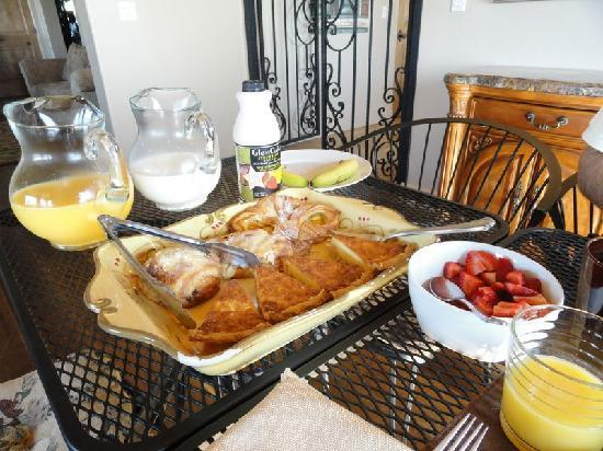 Villa Nel Mondo Bed & Breakfast: HUGE breakfast!
