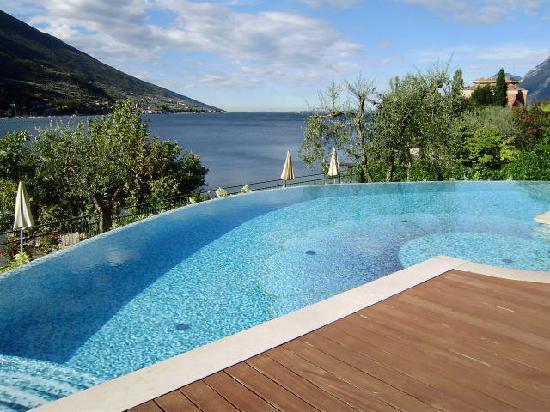 Pool overlooking lake garda picture of hotel maximilian malcesine tripadvisor for Hotels in lake garda with swimming pool