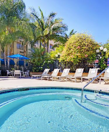 Holiday Inn Buena Park Hotel & Conference  Center: Large outdoor heatd pool and jacuzzi