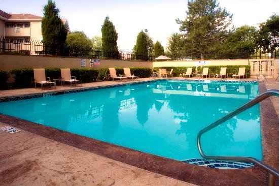 Holiday Inn Denver Lakewood: Large Heated Outdoor Seasonal Pool