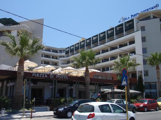 Aquila Porto Rethymno Hotel: Hôtel (restaurant Piazza di Porto devant)
