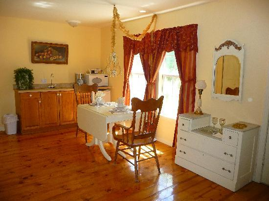 Elm Creek Bed & Breakfast: Kitchen area