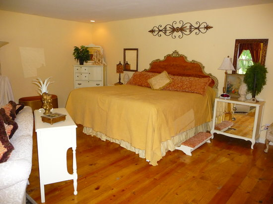 Elm Creek Bed & Breakfast: Bed area