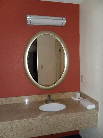 Red Roof Inn Winchester: Sink / Mirror