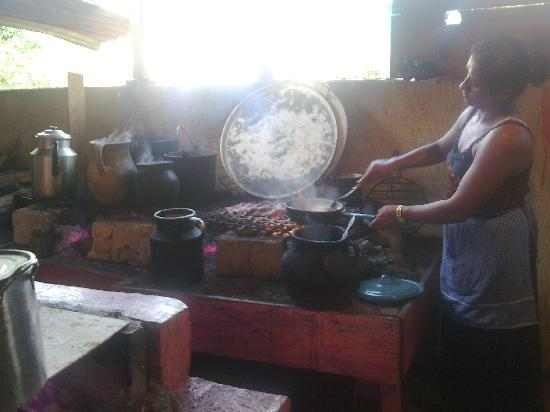 Comitan, المكسيك: Cocina rústica de leña, de la gente del lugar. Lagos de Montebello. Chiapas. México