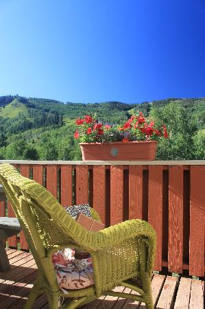 Sunlight Lodge Bed & Breakfast: morning coffee on the deck