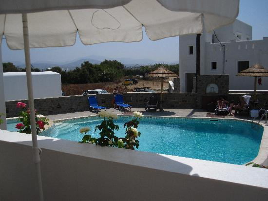 Liana Hotel: Pool at the rear of the hotel
