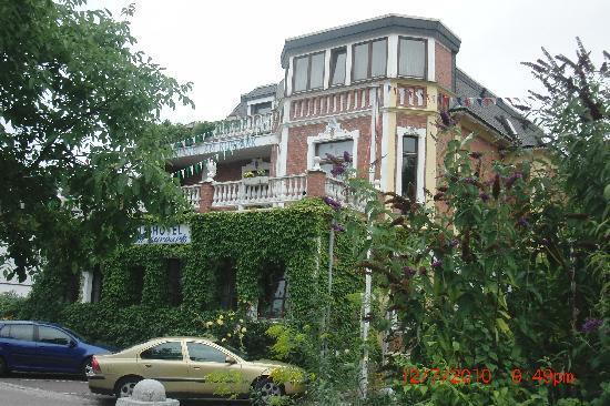 Kurhotel Am Kurpark: From the street.Parking in front
