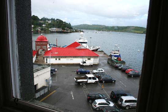Columba Hotel: View from our room, looking out over South Pier - the place with the red roof is Ee-usk Seafood