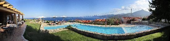Hotel Villa Gustui Maris: Panoramica de la piscina, terraza del restaurante y fantasticas vistas al Golfo de Orosei