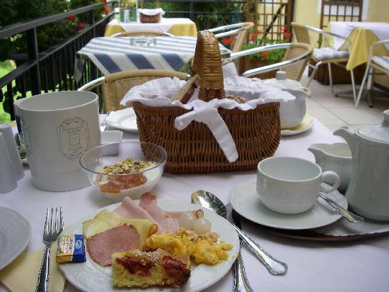 Hotel Garni Donauhof: テラスで朝食