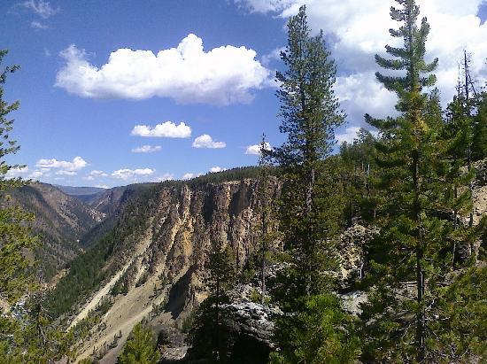 South Rim Trail: a look back at the trail along the rim - it is safe
