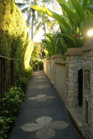 Novotel Bali Benoa: une allée de l'hôtel