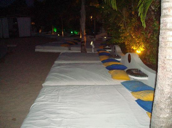 Lifestyle Hacienda Villas Del Mar: Beds around V.I.P Pool