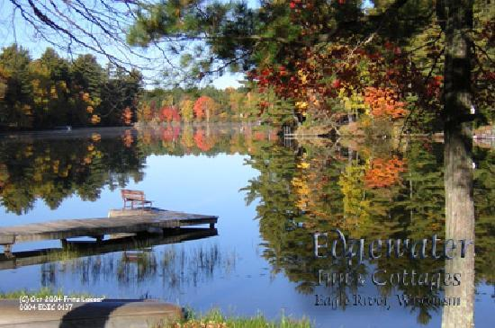 Edgewater Inn & Cottages: Autumn view from the cottages