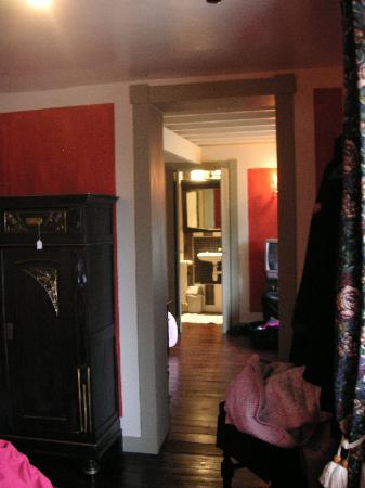 Chic a la Closerie: View from two bed part into one bed part and tiny bathroom